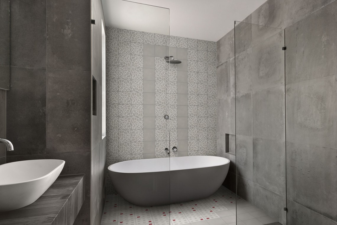 salle de bain d cor e avec des carreaux de ciment gris et. Black Bedroom Furniture Sets. Home Design Ideas